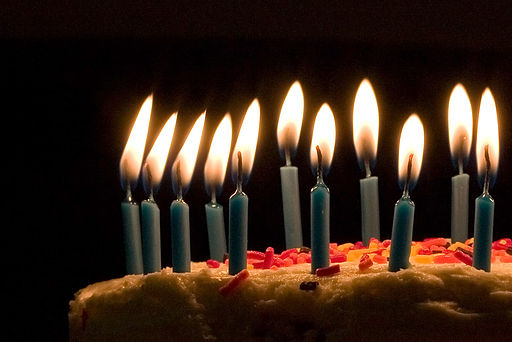 512px-blue_candles_on_birthday_cake